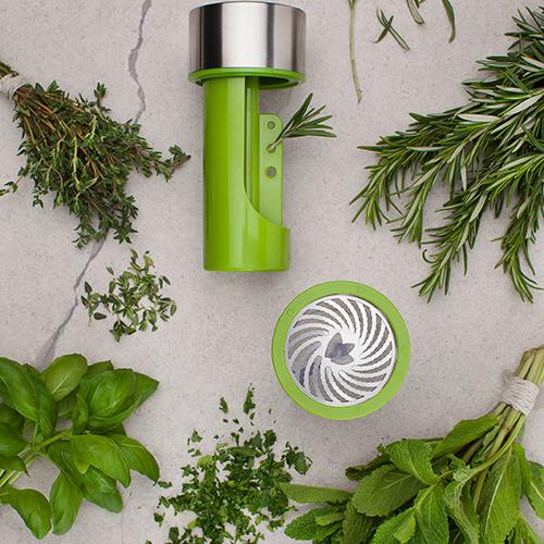 Con il macina erbe di Microplane si ottengono triti perfetti senza utilizzare mezzelune e taglieri (29.95 euro)