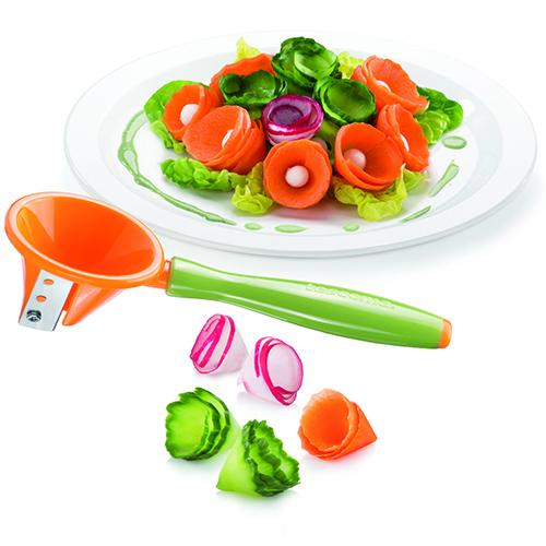 Temperare una verdura esattamente come fareste con una matita può dare divertenti risultati. Con lo speciale utensile di Tescoma si ricavano delle spirali che arricchiscono la pietanza e decorano i piatti (7.40 euro)