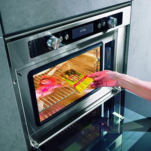 KitchenAid, forno a vapore della linea Chef Touch. Questo forno è perfetto per cuocere gli alimenti sottovuoto perché ha un sistema di controllo della temperatura molto preciso con 10 funzioni di cottura. È possibile anche cucinare cibi conservati nel frigorifero o nel freezer. In più si può usufruire del programma Assisted Chef che propone 71 ricette preimpostate