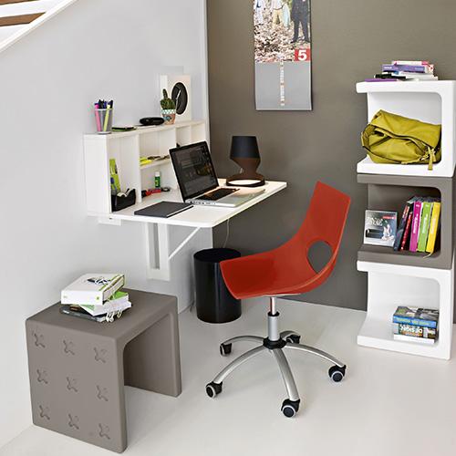 Spacebox di Calligaris è un tavolo in legno da fissare alla parete all'altezza desiderata. Anche da chiuso i 6 vani contenitore restano a vista e accessibili