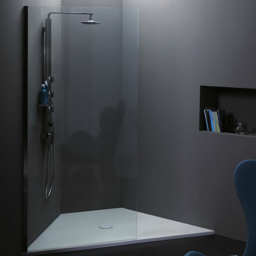 La doccia di forma angolare viene scelta quando il bagno è particolarmente piccolo perché permette di guadagnare preziosi metri quadrati. UniKo è il piatto di Azzurra Ceramica con altezza di appena 3 centimetri disponibile anche su misura