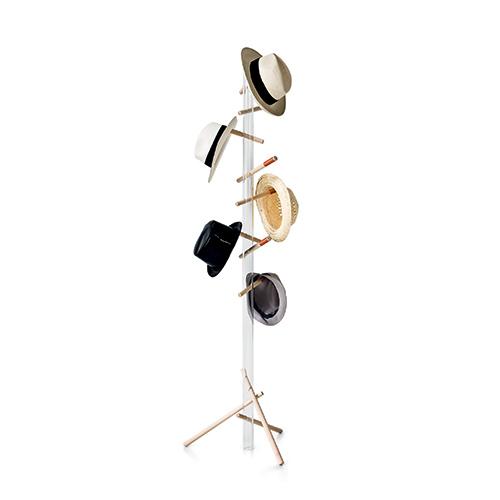L'appendiabito Woodpecker di Frag si caratterizza per numerosi supporti in legno di faggio che permettono di sfruttare anche lo spazio inferiore