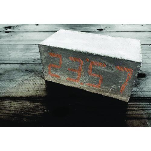 Onis è un'originale e insolita sveglia digitale che sembra un semplice mattone in calcestruzzo, Con un semplice tocco sulla parte superiore rivela la sua identità. Prototipo di Marco Grimaldi per Design Competition