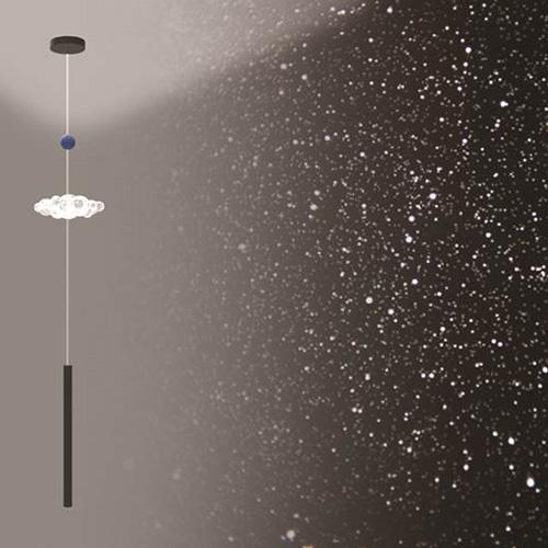 Celestina illumina con luce spot una superficie sottostante, accende una piccola nuvola bianca in vetro soffiato, e svela un cielo stellato dentro la stanza. Prototipo di Camilla Brunelli e Alberto Casati per Design Competition