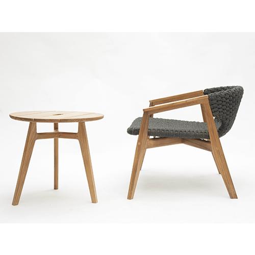 La collezione Knit di Patrick Norguet per Ethimo si è arricchita nel 2016 di un coffee table di forma rettangolare. La serie è adatta alla zona living, ma anche ai giardini d'inverno e per la quotidianità all'aria aperta