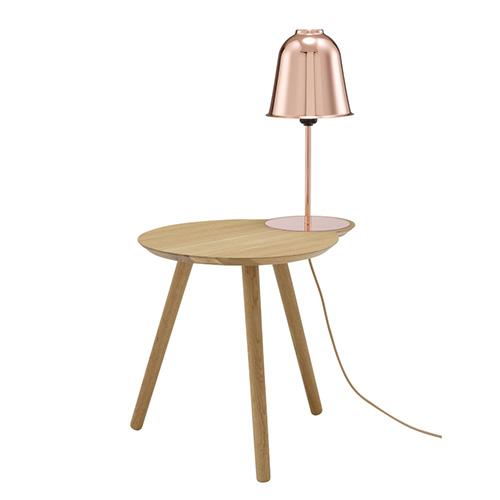 Majordome di Ligne Roset è perfetto per l'angolo lettura. Integra una lampada che si ispira agli spegnitoi per candele. La campana di rame lucidato diventa uno specchio deformante