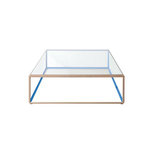 45° fa parte della collezione Grado° di Ron Gilad per Molteni&C. La trasparenza, data dal piano in cristallo trasparente extrachiaro, fa sì che si mimetizzi con l'ambiente. Proprio grazie alla sua leggerezza, il tavolino è ideale per qualsiasi spazio