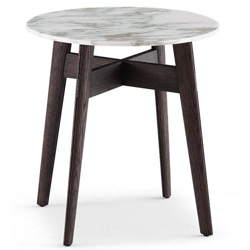 Bigger di Carlo Colombo per Polform è una ricca collezione di tavolini che si distingue per le linee curve e gli angoli arrotondati. Il piano è in marmo, ma è  disponibile anche con  pannello di fibra laccato opaco in 32 colori