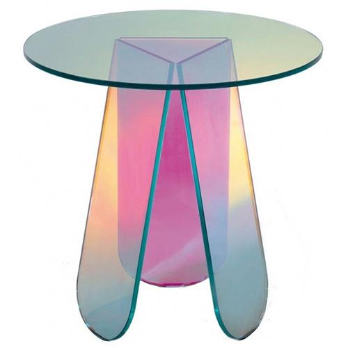 Nella collezione Shimmer, ideata da Patricia Urquiola per Glas Italia, trova spazio anche un coffee table. La serie è realizzata in cristallo con al suo interno una pellicola dicroica. Si tratta di una lastra speciale che reagisce in modo diverso in base a come viene colpita dalla luce rendendo le superfici cangianti e mutevoli