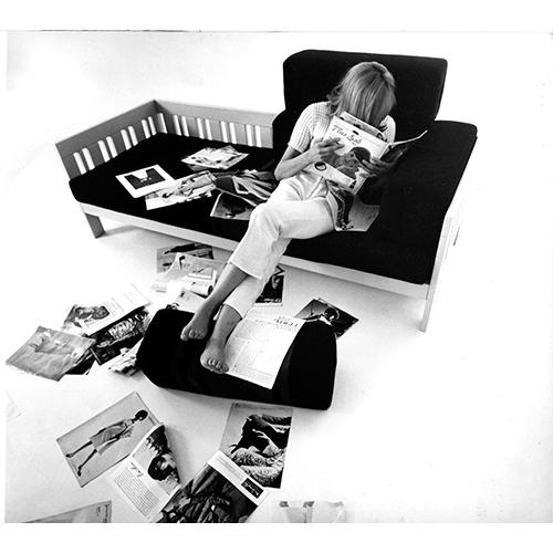 Nella gallery fotografica una serie di immagini di pezzi disegnati da Sottsass durante gli anni della sua art direction al Centro Studi Poltronova. Qui il divano califfo del 1964 (courtesy Archivio Centro Studi Poltronova)