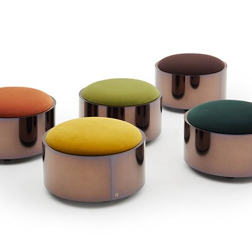 Il pouf Costellation di Fendi Casa si distingue per la forma cilindrica composta da un corpo in metallo e una seduta in velluto