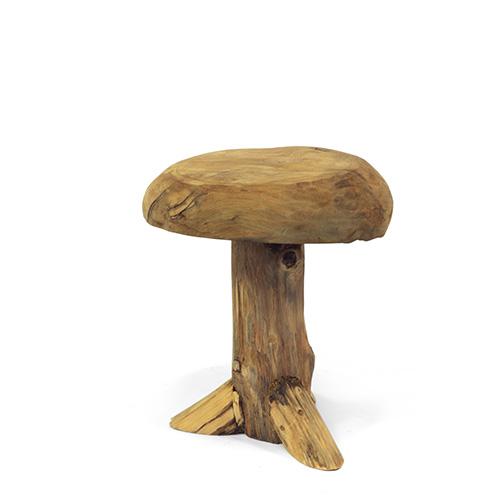 Per chi preferite un look più rustico, il Panchetto Elfo in legno di teak naturale di Novità Home sembra ricavato da una sezione di tronco d'albero