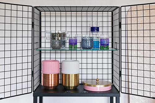 Una serie di prodotti firmati Cristina Celestino, in ordine vediamo: l'armadietto Les Volieres in metallo realizzato per Seletti, in alto le alzatine e i vassoi Gemmazione (a sinistra) e i bicchieri Laguna (a destra), in basso il portagioie (a destra) è il contenitore per il vino (a sinistra) della Capsule Collection