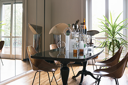 Nella sala da pranzo: sedie Medea di Vittorio Nobili per Tagliabue, lampada Chiara di Mario Bellini per Flos (a sinistra)