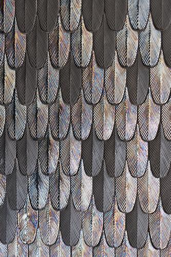 Plumage è la linea di tessere tridimensionali disegnate dalla designer quest'anno per BottegaNove. Sono realizzate in ceramica decorata a mano, o in porcellana di Limoges tinta in pasta, e si ispirano al piumaggio degli uccelli