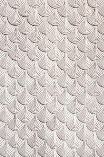 Un'altra parete della collezione Plumage. L'indagine sul piumaggio in natura si trasforma nelle tessere in sovrapposizioni sia di moduli, che di forme, che di decoro, dando alla parete rivestita la percezione delle singole piume e di un insieme unico