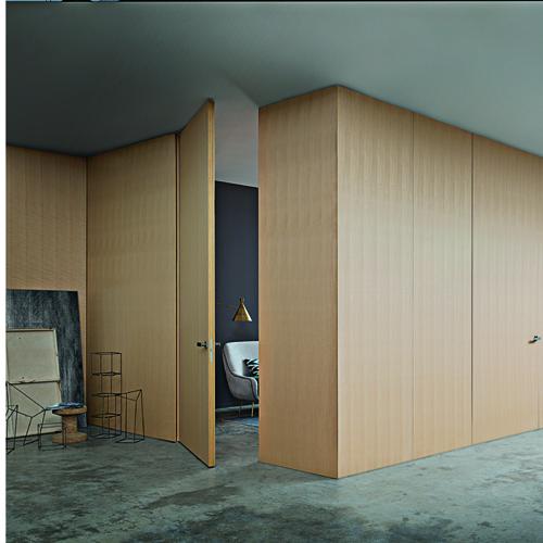 Wall&Door di Lualdi, sistema di pannelli fissi realizzati su misura che si possono aprire e hanno una struttura tamburata di 55 mm di spessore, con finitura laccata lucida od opaca