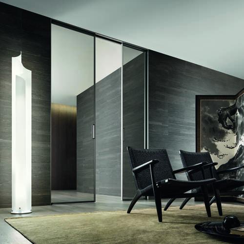 Zen Doors di Rimadesio, porta che prevede l'installazione con senso di apertura a tirare o spingere. Dal design minimal, comprende due lastre di vetro trasparente extrachiaro fra le quali vengono inserite due pellicole di materiale plastico