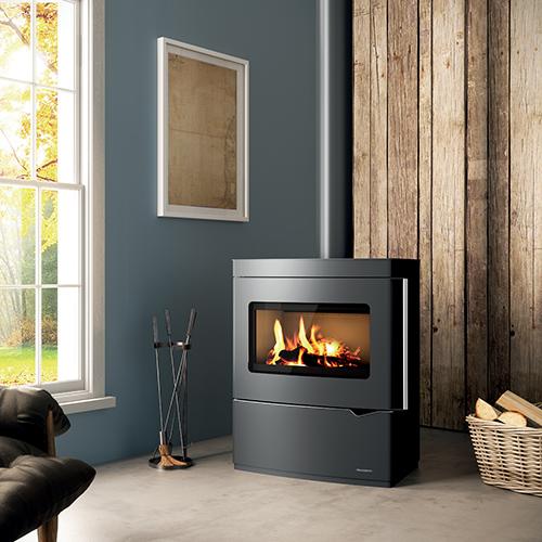 Più luce alla stufa: il piacere di vedere un fuoco scoppiettante: la stufa a legna Nicole di Palazzetti è in Thermofix, uno speciale cemento che enfatizza la luminosità della fiamma