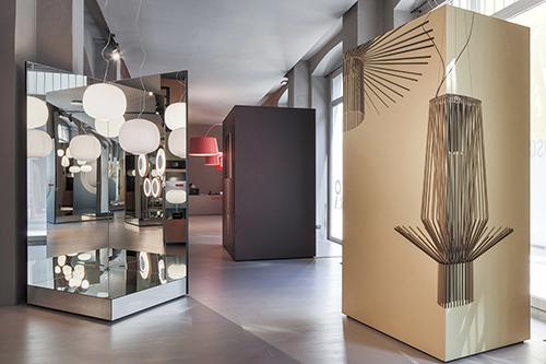Nelle immagini del fotografo, che da anni collabora con l'azienda, le lampade sono inserite all'interno di sfondi luminosi colorati, della stessa nuance del prodotto