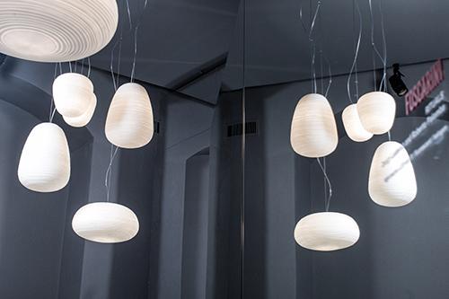 Passeggiando si incontrano anche le Rituals XL, la serie di sospensioni realizzate in vetro soffiato che imitano le lanterne di carta di riso orientali