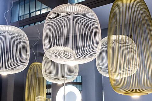 Tra i pezzi esposti c'è Spokes dello Studio Garcia Cumini. La lampada si ispira alle antiche lanterne orientali; la realizzazione nasce dall'osservazione dei raggi di una ruota da bicicletta, da cui il progetto prende anche il nome che in inglese significa raggi