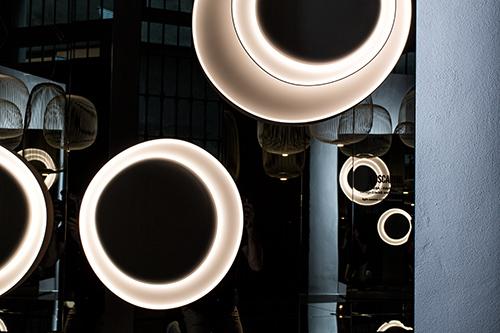 La nuova installazione nello  Spazio Brera vuole esaltare uno dei punti forza di Foscarini: il colore