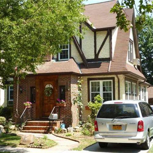 La villa dove Donald Trump visse da ragazzo si trova all'85-15 Wareham nel ricco quartiere Jamaica Estates di New York