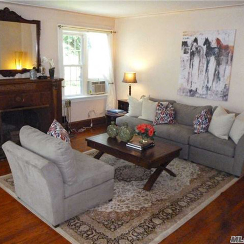 La villa dispone di cinque camere, cinque bagni, un soggiorno con camino, una cucina abitabile e cinque posti auto
