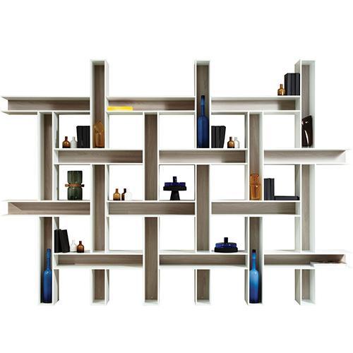 Con questa biblioteca modulare la designer Bina Baitel per Roche Bobois ha voluto evocare il pattern dei tessuti grazie all'intreccio di elementi verticali e orizzontali messi in risalto dal fondo in legno verniciato a contrasto