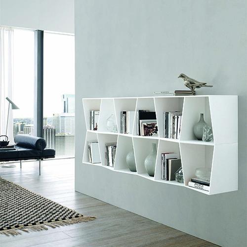Wavy di Alivar può essere posizionata a parete o sospesa oppure a centro stanza per separare gli spazi. La libreria è modulare e si può comporre a seconda delle esigenze abitative. Le linee verticali dei ripiani, leggermente inclinate, danno origine a un gioco di apparente irregolarità