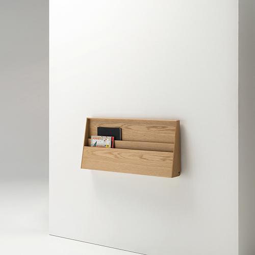Fju di Living divani è un pratico piano di lavoro ribaltabile che all'occorrenza può essere chiuso per liberare spazio dando vita a un contenitore pensile per piccoli oggetti o scaffale portariviste