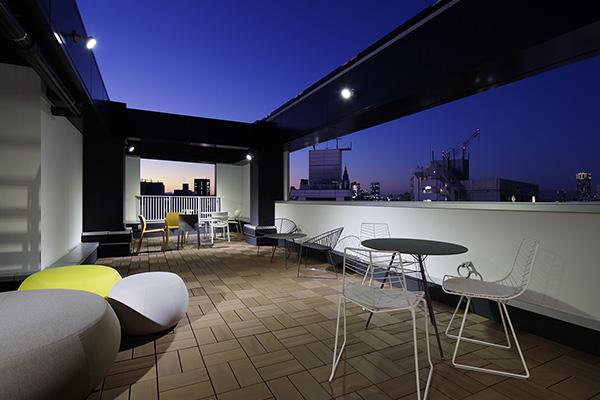 Lo showroom ospita inoltre le collezioni più rappresentative del marchio come le sedie Kinesit e Juno, il divano Steeve e il tavolo Cross