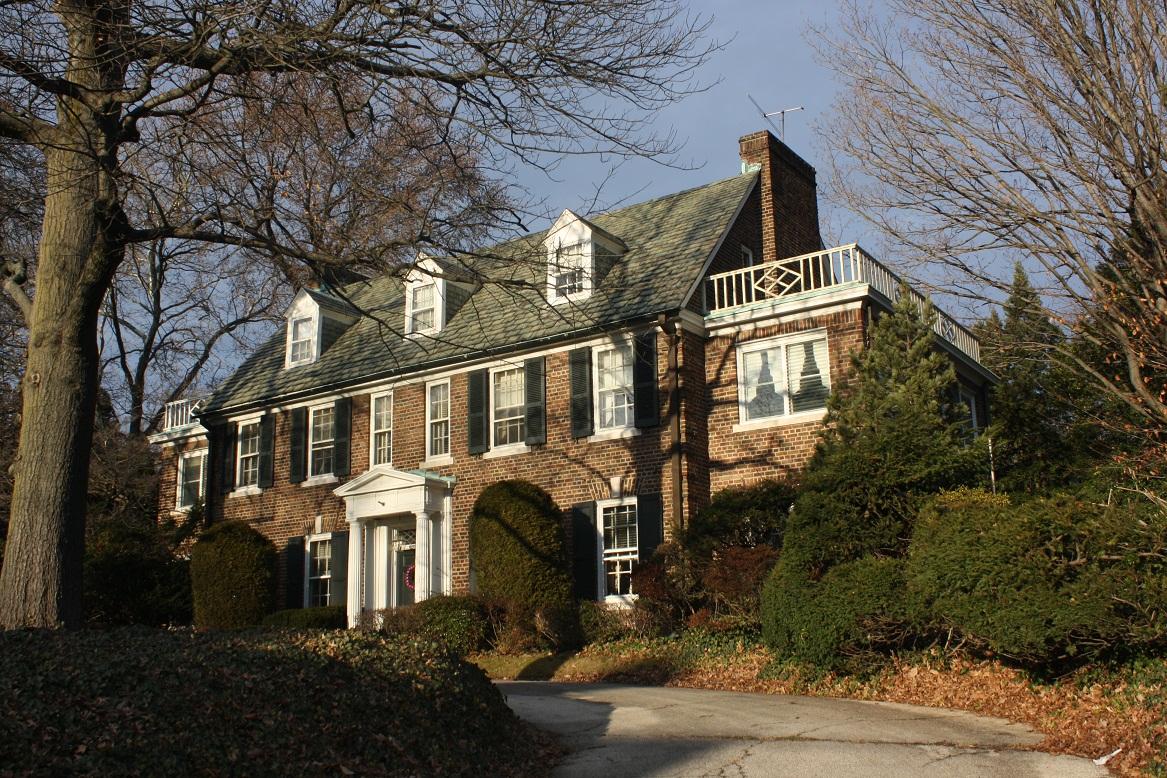 La casa d'infanzia di Grace Kelly a Philadelphia fu costruita dal padre dell'attrice John. Ha quattro camere da letto e si sviluppa su tre piani arredati in stile molto classico. Ha una superficie di circa 400 metri quadrati ed è circondata da un ampio giardino