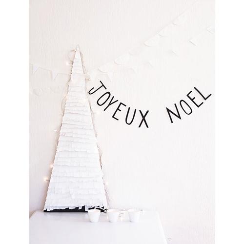 """Su """"Decorare a festa"""" le idee per arredare in maniera facile e veloce piccoli spazi o la tavola: viene spiegato passo dopo passo come realizzare un albero con frange di carta dallo stile minimale da arricchire con luci bianche o candele"""