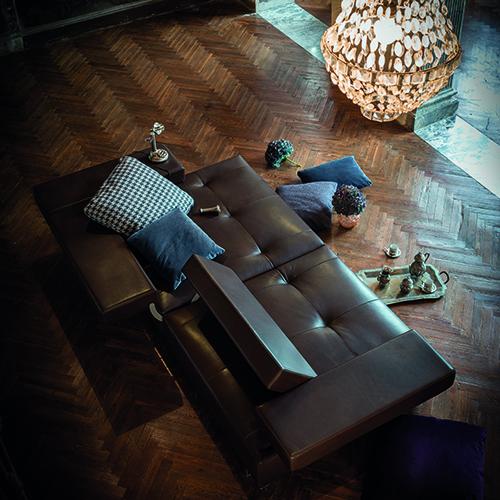 Loft di Arketipo si caratterizza per un meccanismo che consente di modificare e regolare a piacere la profondità della seduta e l'inclinazione della spalliera