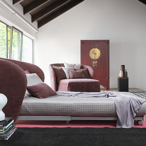 Céline è una poltrona chaise-longue di Flou. Si distingue per una seduta spaziosa che aprendosi diventa un letto singolo. È disponibile anche nella versione divano letto