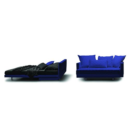 Oz di Molteni&C si distingue per un meccanismo che permette di estrarre un piano letto di 200 centimetri, mentre fa scomparire i braccioli sotto la struttura. Completamente sfoderabile, dispone di uno schienale regolabile per ottenere sedute di diverse profondità