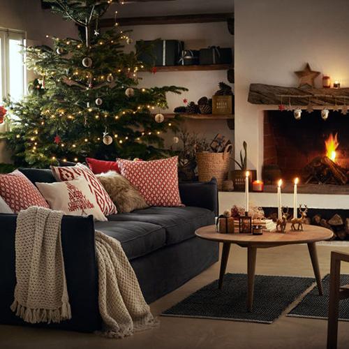 Per H&M Home lo stile tradizionale non passa mai di moda. Sono i dettagli a fare la differenza e a riscaldare l'ambiente: un albero elegante senza eccessi, candele accese e l'accostamento di elementi in legno naturale al classico colore rosso