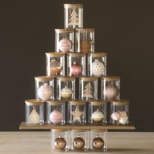 Non solo rosso e oro: a Natale gli addobbi si dipingono di colori pastello e dalle sfumature più calde dei metalli, come la collezione Copper di Maisons du monde (da 1,30 euro)