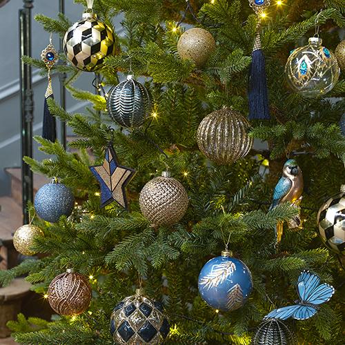 Anche Maisons du monde nella collezione Milord combina il blu a toni neutri e all'oro (2,99 euro)