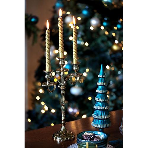 Un'atmosfera ricercata in cui è protagonista il blu pavone: è la collezione di Coincasa (alberello 29,90 euro)