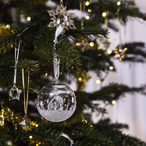 L'albero prezioso: da Swarovski le creazioni di cristallo sfaccettato brillano ancora di più tra le luci a intermittenza