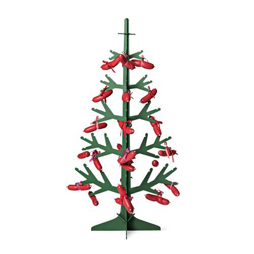 Un albero vero o in materiale sintetico è la scelta più tradizionale. Non mancano però altre versioni come quella in legno da decorare con creatività o lasciare senza ninnoli nel suo aspetto semplice (da Flying Tiger Copenhagen, 30 euro)