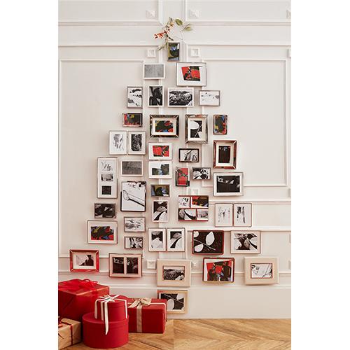 Rompete gli schemi e date libero sfogo alla vostra fantasia: a Natale quel che conta è l'albero anche se realizzato con delle cornici che ne imitano la sagoma. L'idea è di Zara Home