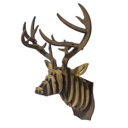 Da Novità Home una testa di Alce in legno naturale da posizionare a parete. Bisogna assemblarla così da coinvolgere in un gioco tutta la famiglia (129 euro)
