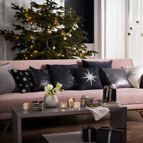 La zona giorno di H&M Home si distingue per l'utilizzo dei toni del grigio arricchiti da dettagli con finitura argento accostati ai colori pastello
