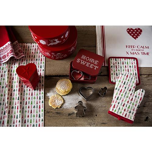 La cucina del Natale di Croff nasce per esporre utensili e accessori proprio come fossero oggetti decorativi (guanto da forno 3,99 euro)