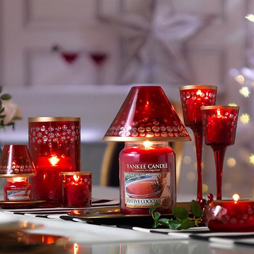 Le candele sono il simbolo del Natale e aiutano a rendere la casa accogliente e profumata. Da Yankee Candle la collezione di giare Festive cocktail, una pungente miscela arricchita con frutti di bosco di montagna e un rametto di pino appena raccolto (da 11,90 euro)