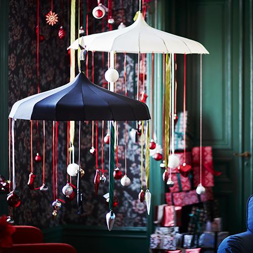 Per Ikea l'atmosfera delle feste si può portare in casa anche senza il tradizionale albero di Natale, con un pizzico di fantasia tutto è possibile (35 palline decorative Vinter 9,99 euro)